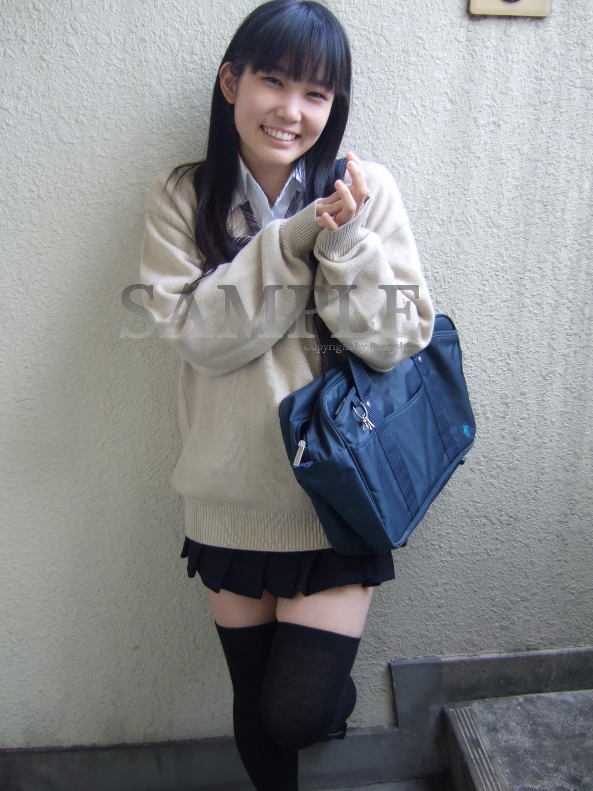 【こまり】ニーハイ制服娘の白綿パンティ ~PANTY-LOVE~